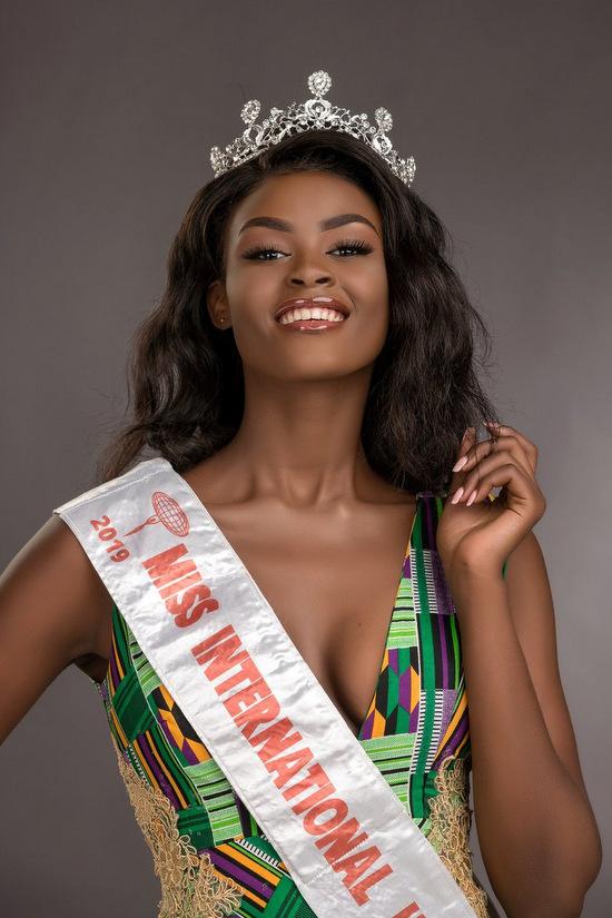 Trước đó, Evelyun Namatovu là Hoa hậu Quốc tế Uganda, Á hậu 2 Miss International 2019. Đây là lần thứ hai châu Phi có đại diện thắng giải tại cuộc thi bình chọn uy tín này.