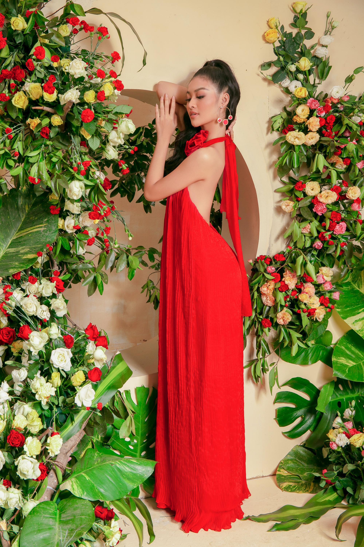 Chỉ với sắc đỏ rực rỡ cùng những đường gấp ly, xếp nếp tinh tế vẫn đủ giúp những cô nàng trở nên nổi bật, cuốn hút giữa đám đông. Á hậu Kiều Loan phối trang phục tông xuyệt tông với hoa tai đá màu đỏ.