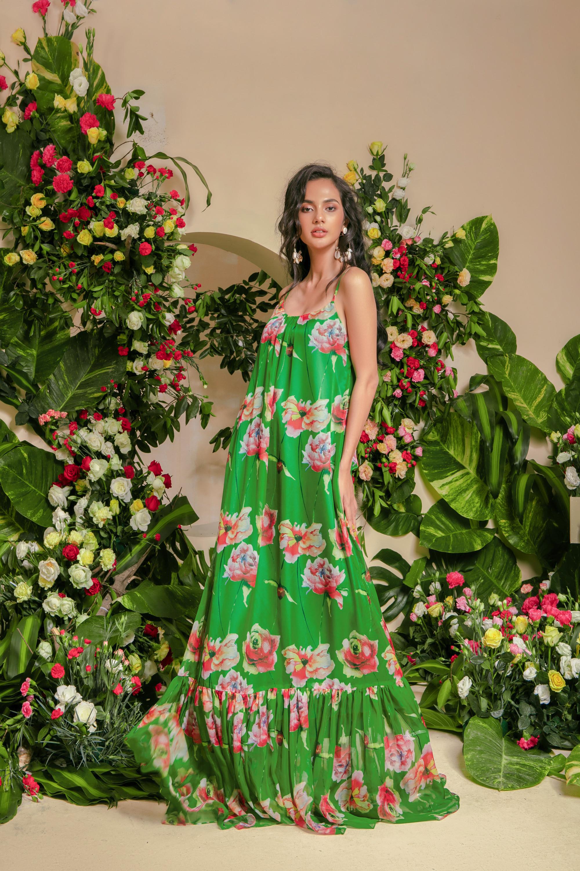 Thiết kế hai dây vô cùng quyến rũ mang đến hơi thở của miền nhiệt đới với sắc xanh của lá, của cây kết hợp cùng những bông hoa to bản, rực rỡ.
