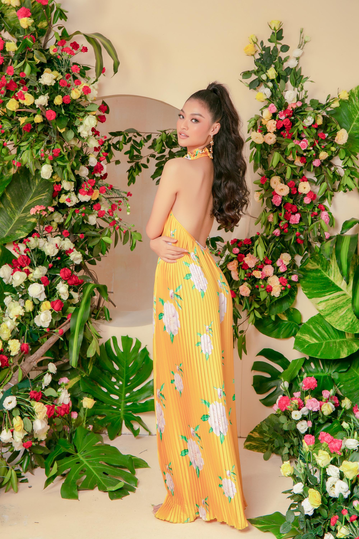 Gam vàng rực rỡ cũng là màu sắc không thể ngó lơ trong tiết trời mùa xuân hay đầu hè. Trên nền sắc vàng, hoạ tiết hoa to bản càng giúp trang phục thêm bắt mắt.