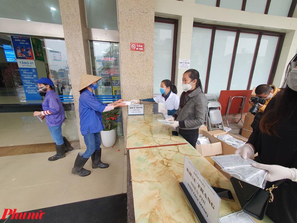 Các công nhân làm việc tại ga Hà Nội đến lấy khẩu trang.