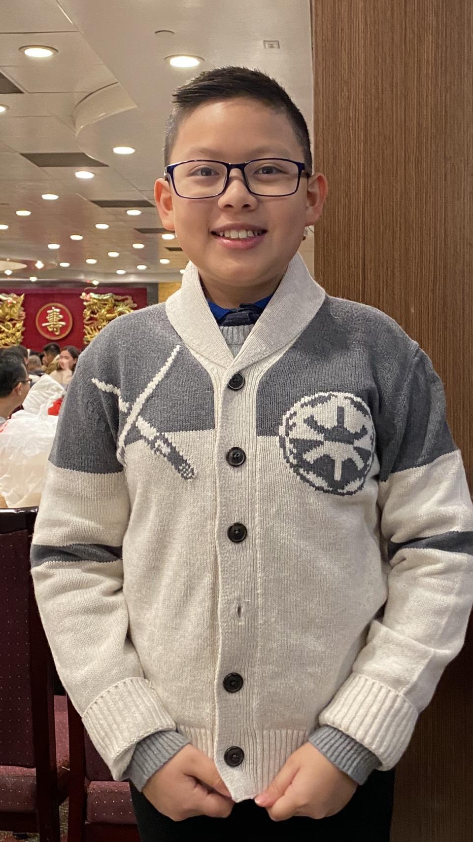 Cậu bé 11 tuổi Andy Đào Nguyên được nghỉ học 1 thêm tuần nên quyết theo mẹ dành những ngày nghỉ này đi tuyên truyền về việc mang khẩu trang phòng cúm.