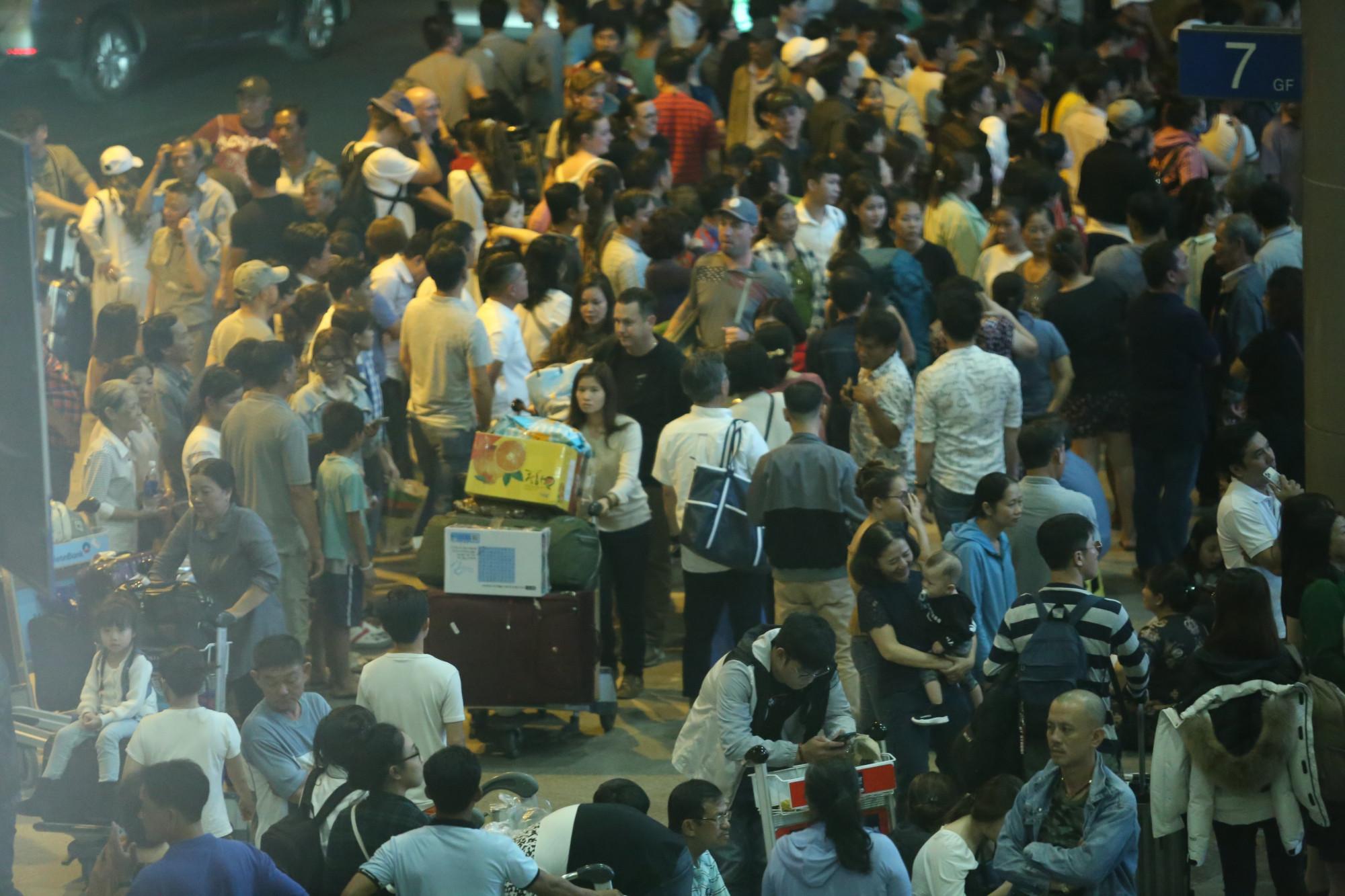 Lượng người tập trung tại sân bay Tân Sơn Nhất trong những ngày Tết Canh  Tý vừa qua. Ảnh: Phương Nguyên