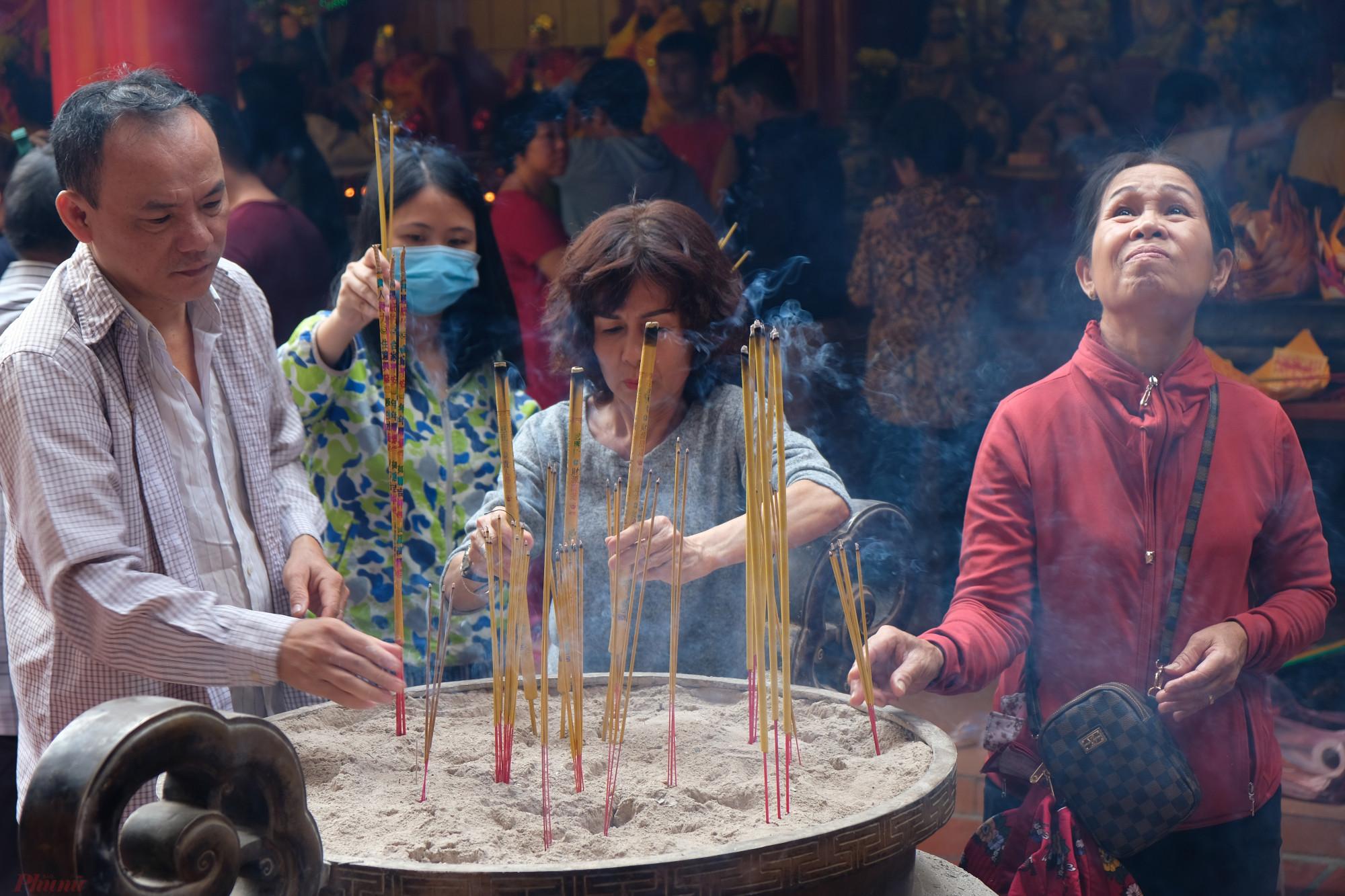 Vào dịp Tết Nguyên tiêu, người Hoa thường đi chùa cầu an, cầu phúc - Ảnh: Đậu Dung