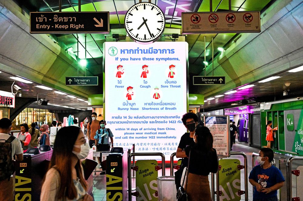Chiến dịch tư vấn sức khỏe của chính phủ về phòng chống lây nhiễm coronavirus tại một nhà ga xe lửa ở Bangkok, vào ngày 1/2 - Ảnh: AFP.