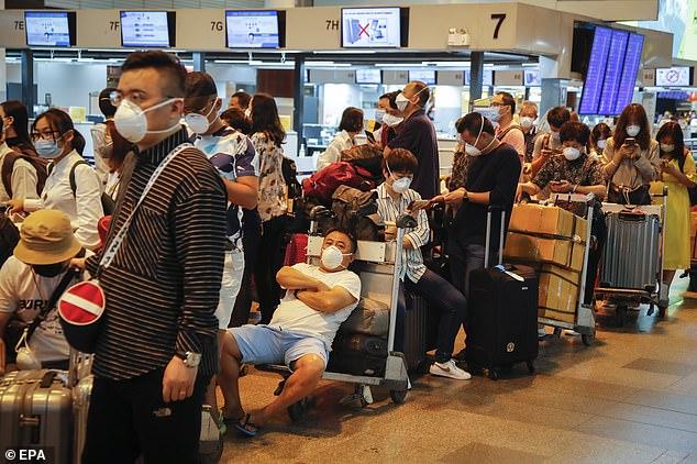 Hành khách tại Bangkok, Thái Lan chờ đợi chuyến bay trở về Trung Quốc.