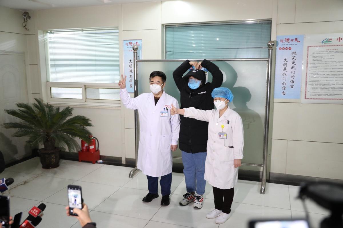 Một bệnh nhân khỏi bệnh ở tỉnh Sơn Tây vui mừng chụp ảnh với các bác sĩ hôm 29/1.