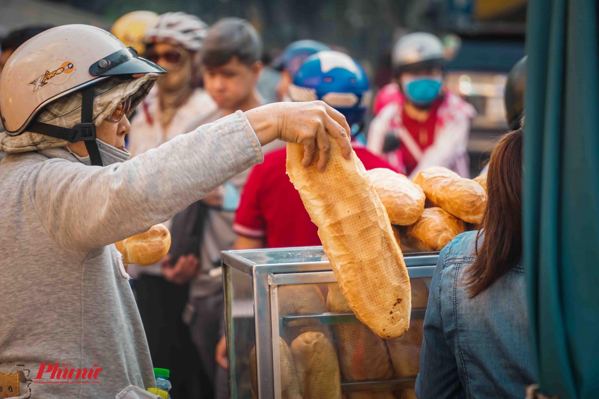 bánh mì trở thành mặt hàng khan hiếm sáng nay tại Quận 5