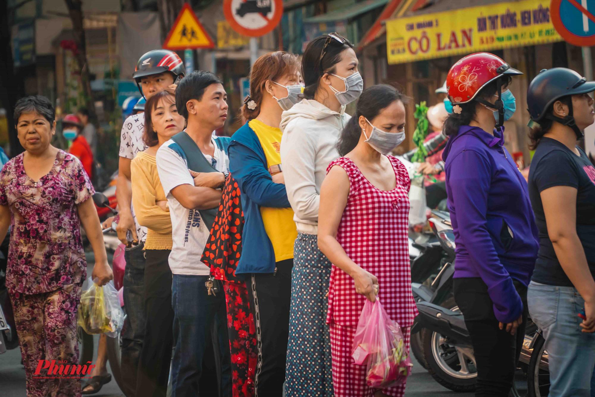 Giữ thông tin dịch cúm, người dân luôn trang bị khẩu trang khi ra ngoài