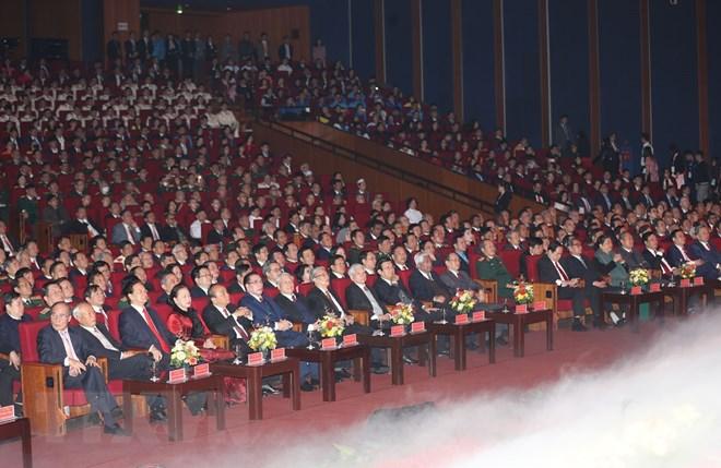 Các đồng chí lãnh đạo, nguyên lãnh đạo Đảng, Nhà nước và các đại biểu dự Lễ kỷ niệm.