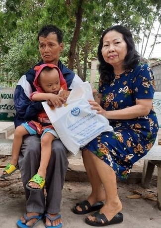 Luật sư Trần Thị Ngọc Nữ (bên phải) đang tư vấn và hướng dẫn thủ tục pháp lý cho gia đình cháu bé.