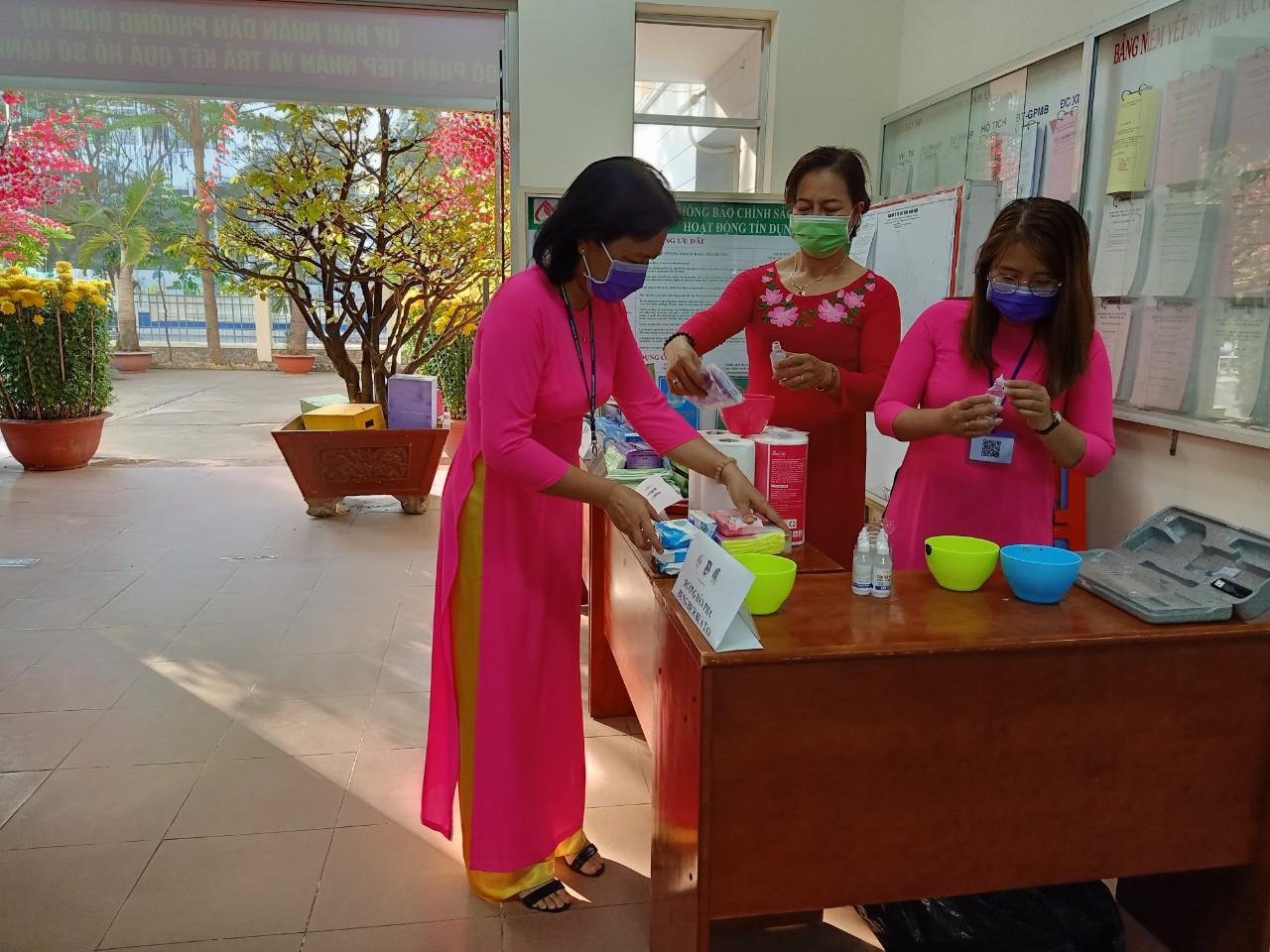 Khu vực phát khẩu trang và nước rửa tay ở trụ sở UBND phường Bình An, quận 2.