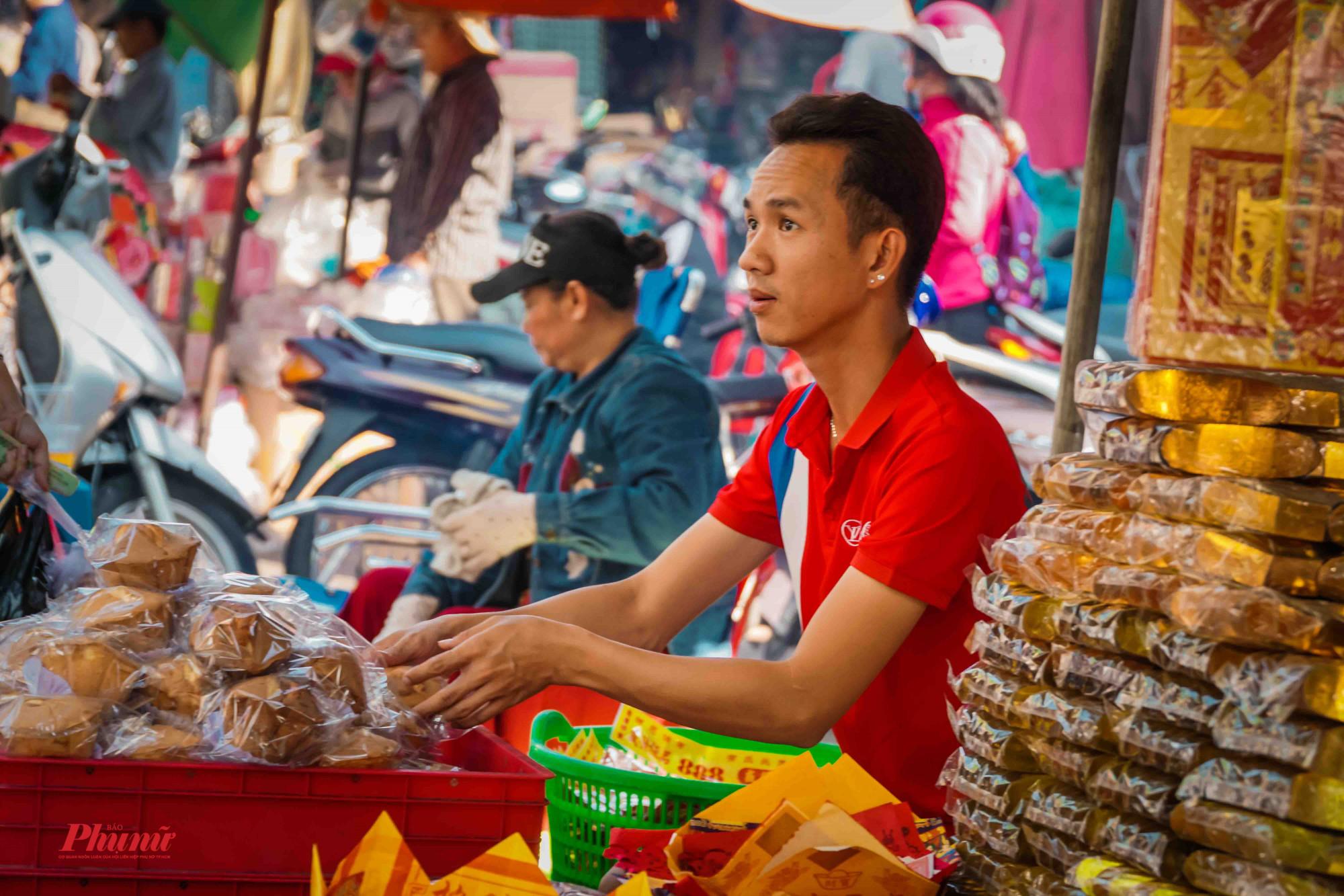Vàng mã và đồ cúng đắt như tôm tươi tại chợ Hòa Bình