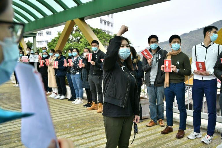 Nhân viên y tế tổ chức một cuộc đình công gần Bệnh viện Queen Mary.