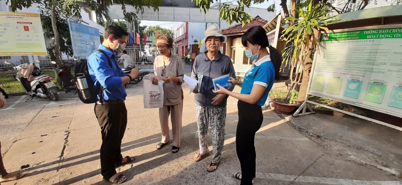 Từ ngày 3/2 - 15/2, Công đoàn - Hội Phụ nữ - Đoàn thanh niên phường Cát Lái, quận 2 cắt cử người tặng khẩu trang y tế, hướng dẫn bà con cách đeo cũng như một số cách phòng bệnh  viêm phổi do chủng mới của virus corona gây ra.