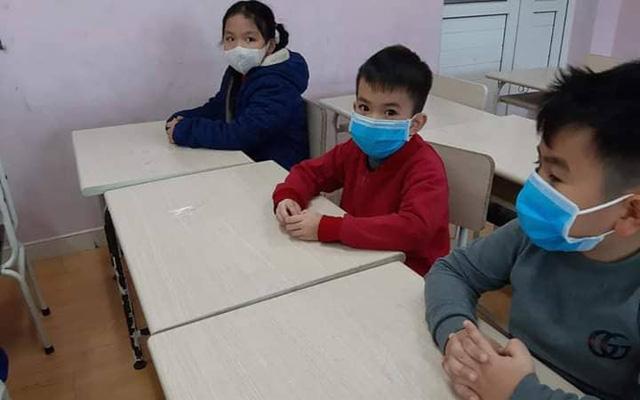 Làm sao chắc chắn trẻ sẻ đeo khẩu trang suốt ngày ở lớp? Ảnh minh họa