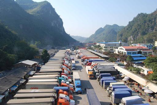 Nhiều container chở nông sản buộc quay đầu vì đóng cửa biên giới do dịch bệnh.