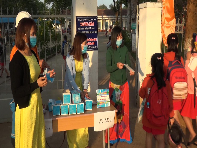 Phát khẩu trang miễn phí tại trường tiểu học ở huyện Bù Đăng