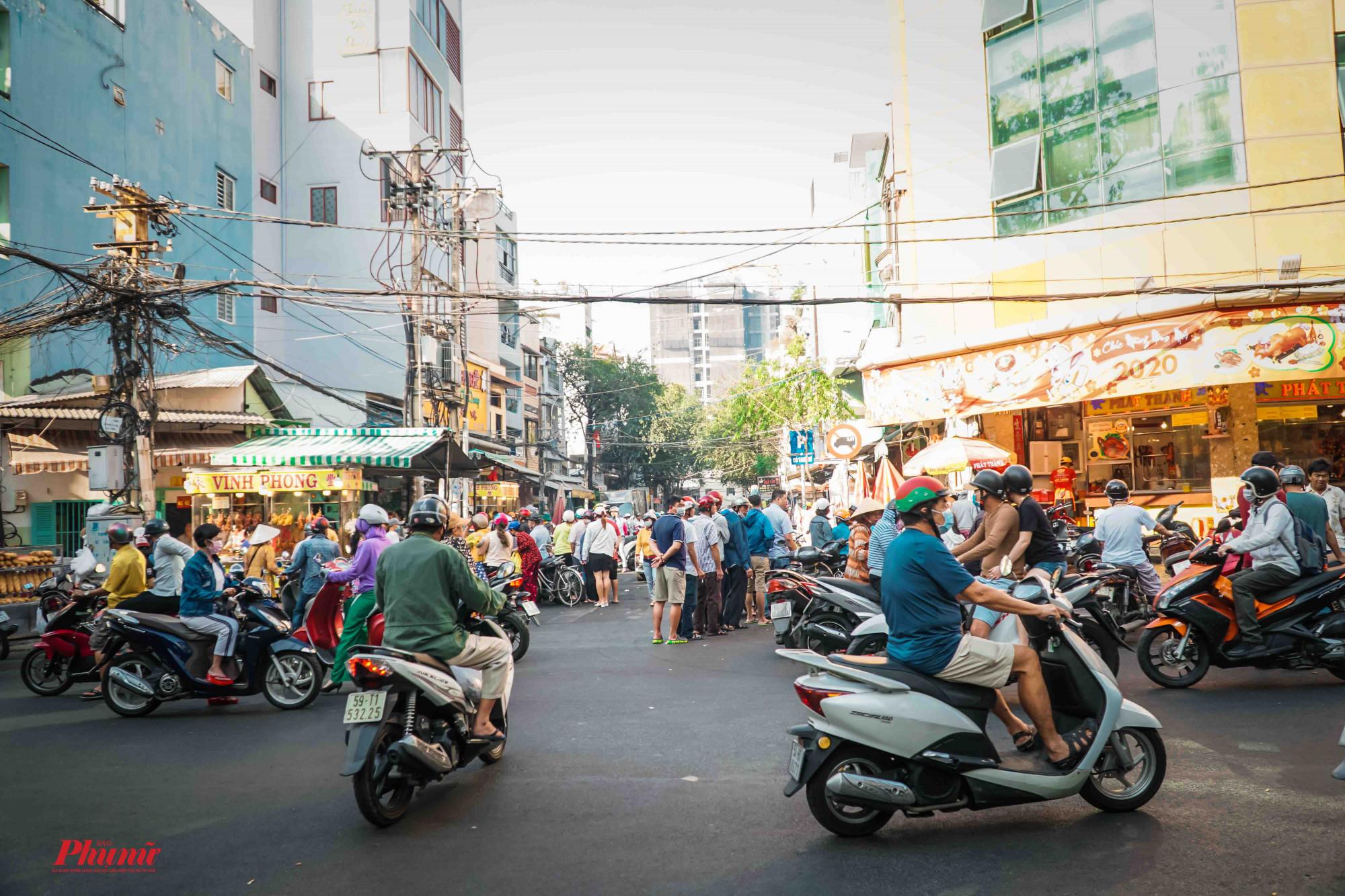 Gốc phố đường Bùi Hữu Nghĩa - Quận 5 nhộn nhịp hẳn lên trong những ngày này