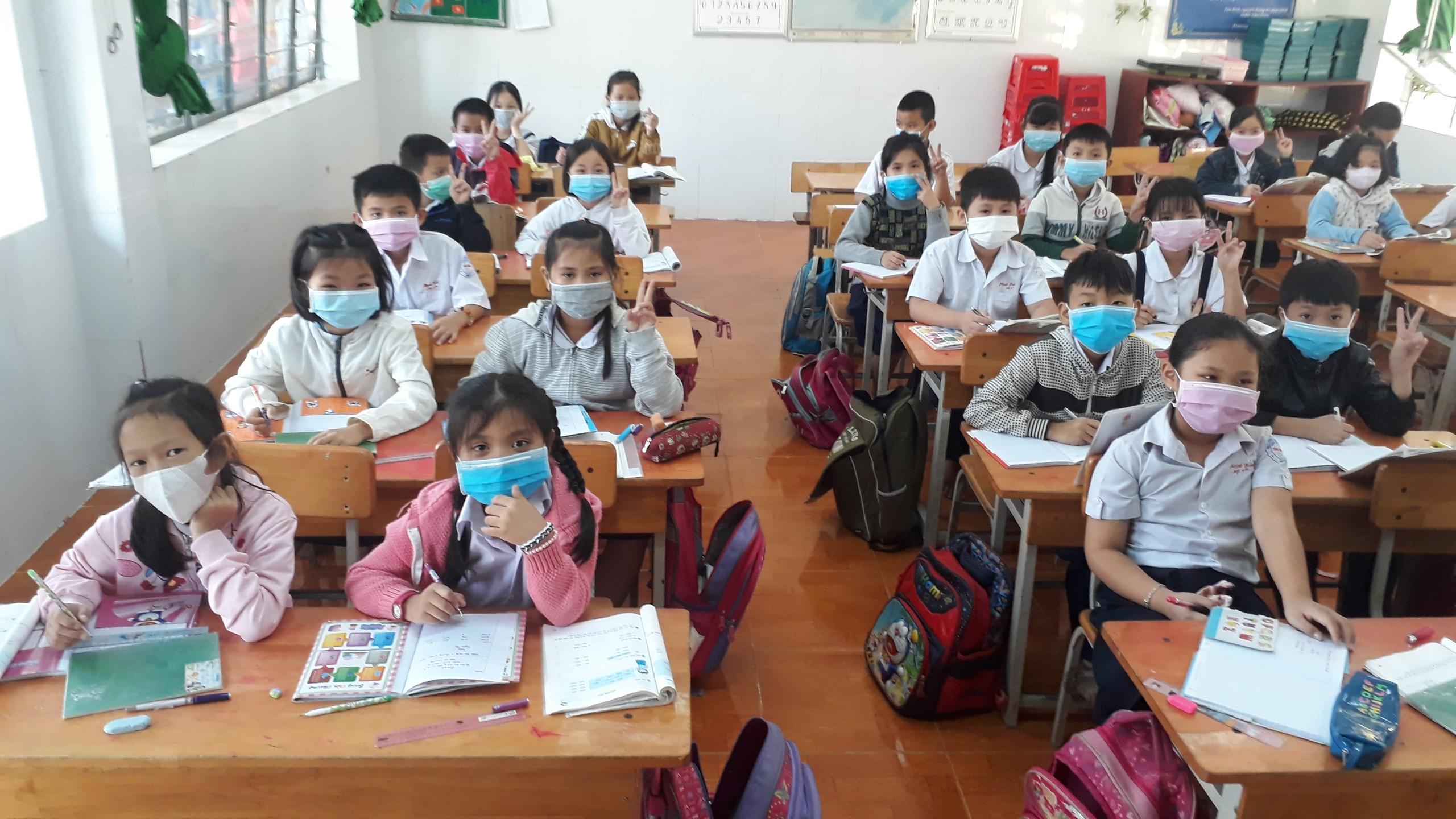 Một lớp học, trường tiểu học Tân Bình - Đồng Xoài trong ngày đầu nhập học trở lại