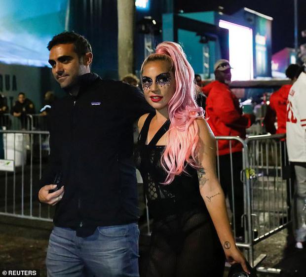 Lady Gaga và bạn trai xuất hiện tại sự kiện