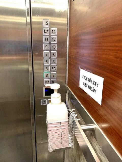 Chung cư trang bị nước rửa tay trong thang máy