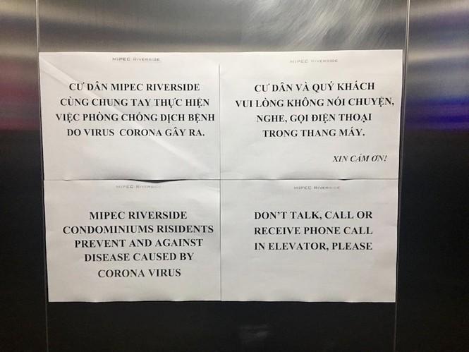 """Tại chung cư Mipec Riveside (quận Long Biên, TP.Hà Nội) cũng dán thông báo khuyến cáo tới cư dân trong các thang máy. Thông báo còn ghi rõ """"cư dân và quý khách vui lòng không nói chuyện, nghe gọi điện thoại trong thang máy""""."""