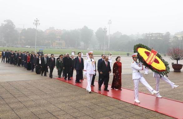 Lãnh đạo Đảng, Nhà nước đặt vòng hoa và vào Lăng viếng Chủ tịch Hồ Chí Minh. Ảnh: Văn Điệp/TTXVN
