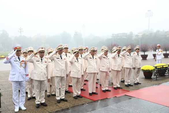 Đoàn đại biểu Đảng ủy Công an Trung ương, Bộ Công an vào lăng Viếng Chủ tịch Hồ Chí Minh sáng 3-2 - Ảnh: TTXVN