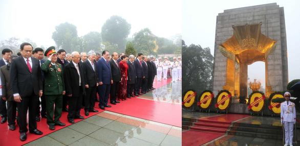 Lãnh đạo, nguyên lãnh đạo Đảng, Nhà nước đặt vòng hoa tại Đài tưởng niệm các Anh hùng liệt sĩ sáng 3-2 - Ảnh: TTXVN