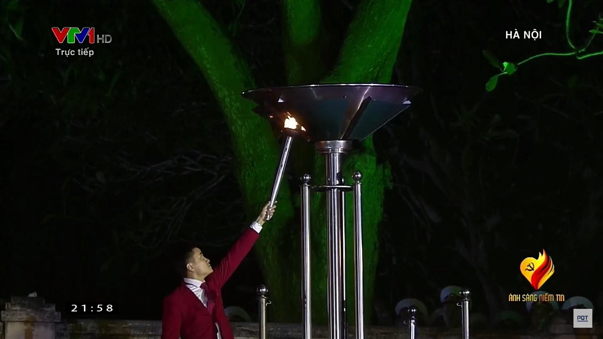 Tại điểm cầu Hà Nội, các gương mặt tiêu biểu đại diện cho thế hệ trẻ của đất nước rước ngọn lửa, tượng trưng cho ánh sáng niềm tin đã được các bậc tiền bối cách mạng thắp lên. Đại diện cho các bạn trẻ, kiếm thủ Vũ Thành An (HCV đấu kiếm tại Sea Games 28, 29, 30. HCĐ giải vô địch Châu Á) lên thắp ngọn