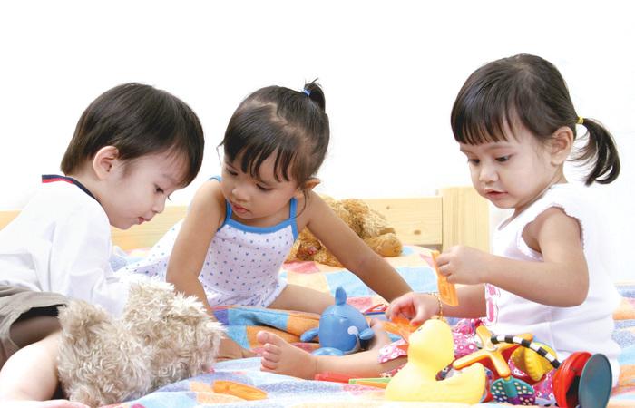 Trẻ được nghỉ học, yên tâm dịch bệnh nhưng nhiều cha mẹ toát mồ hôi sắp xếp. Ảnh minh hoạ
