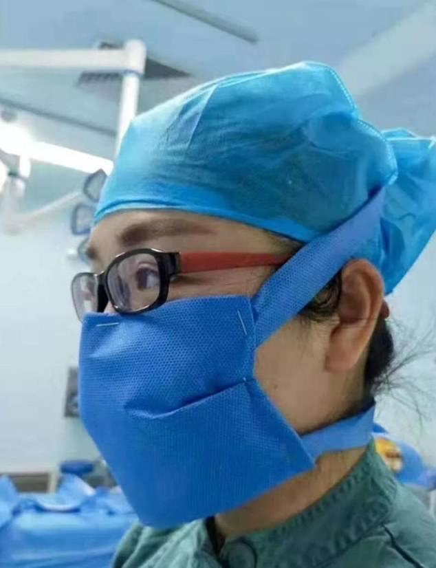 Một nhân viên y tế được cho là tự làm khẩu trang từ vải và kim bấm.