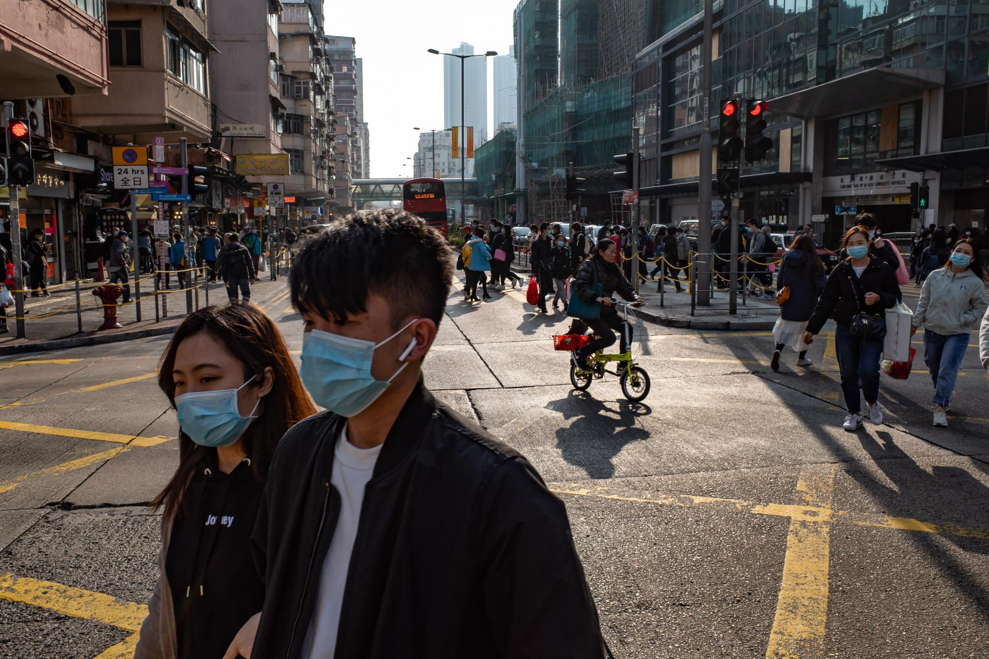 Người dân Hồng Kông đeo khẩu trang để tự bảo vệ.