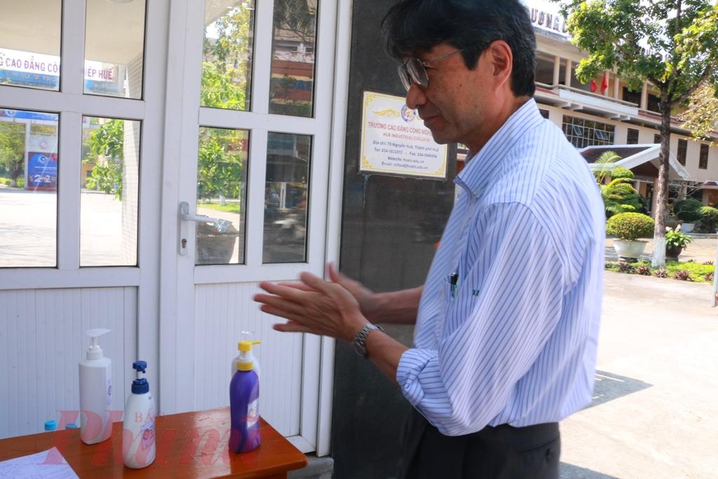 Trung bình mỗi ngày nhóm của TS. Qaung sản xuất khoảng 600 lít nước rửa tay khô sát khuẩn  hiện nay vẫn đang tiếp tục phát miễn phí cho bà con tại Huế