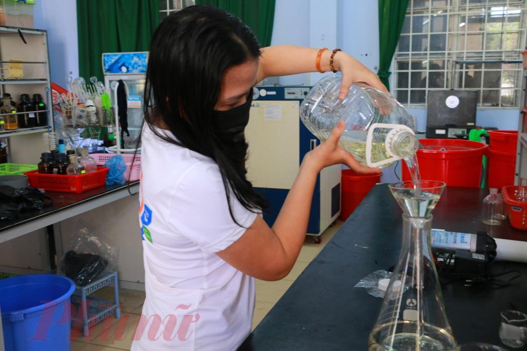 Đặc biệt nước rửa tay khô này có chứa cồn y tế, tinh dầu xảvà nano bạc diệt khuẩn