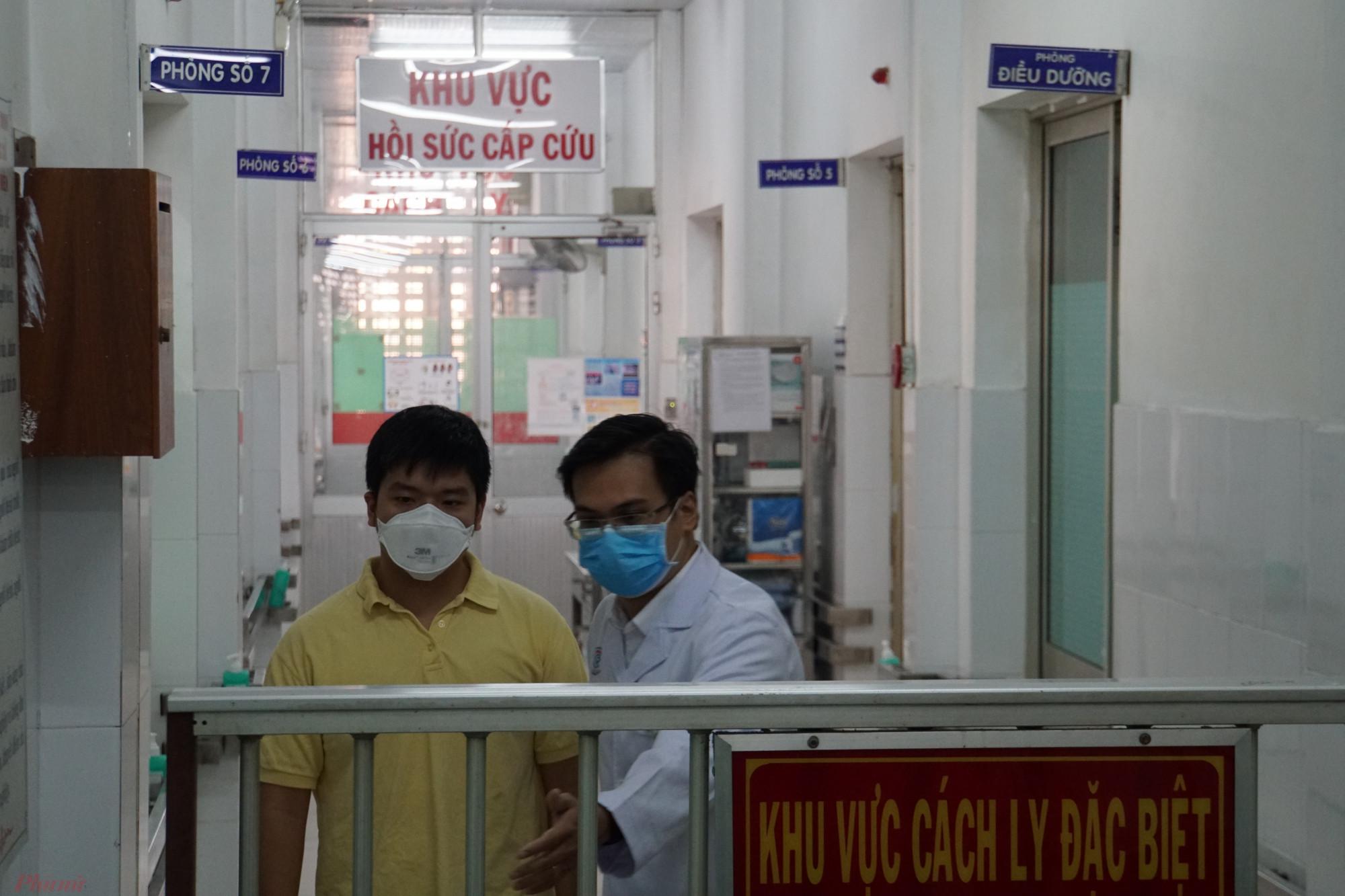 Bác sĩ Khánh, một trong 28 y bác sĩ luôn bên cạnh cha con anh Z. khi anh điều trị tại Bệnh viện Chợ Rẫy.