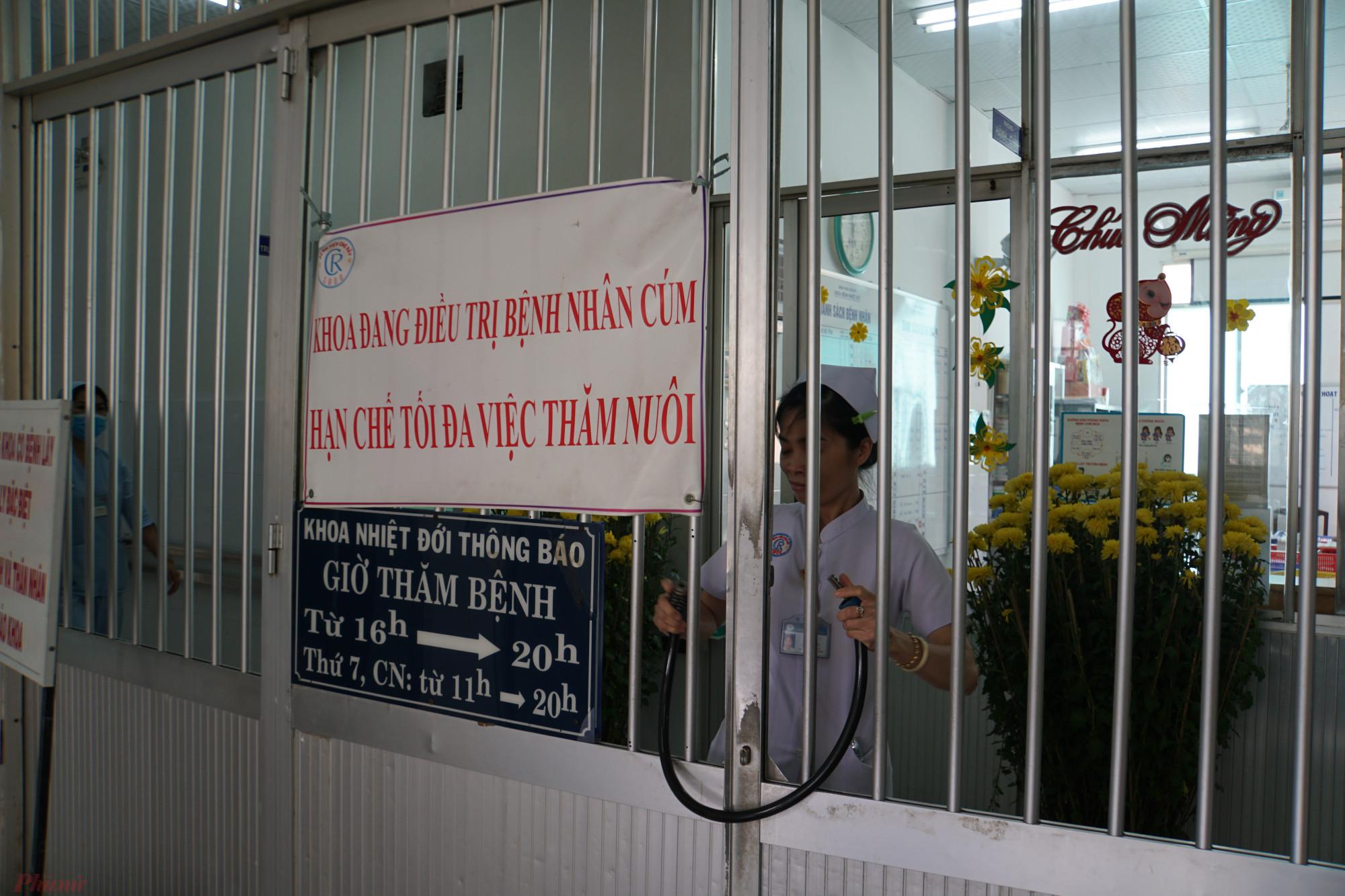 Những nhân viên y tế ở khoa Bệnh Nhiệt đới, nơi cha con anh Z. điều trị cách ly.