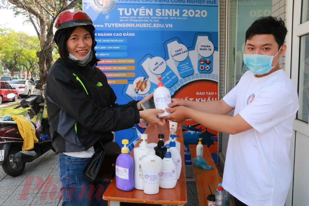 Theo tìm hiểu của phóng viên Báo Phụ Nữ Thành phố Hồ Chí Minh Từ sáng đến trưa 4/2 đã có hơn 50 hộ gia  đình đến nhận nước rửa tay diệt khuẩn. Đây là một hiệu ấn rất tốt, bà con đã có ý thức trong việc phòng chống dịch corona
