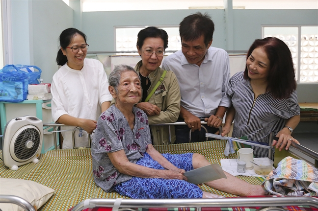 Chị Lê Huyền Ái Mỹ (bài trái) Tổng Biên tập Báo Phụ nữ và các anh chị đồng nghiệp thăm dì Mười Mai nhân kỷ niệm sinh nhật thứ 43 của  Báo