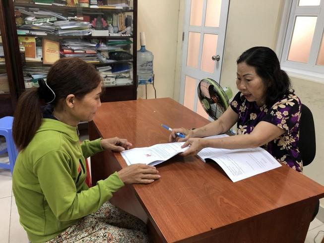 Luật sư Trần Thị Ngọc Nữ (bên phải) đang trợ giúp pháp lý cho mẹ của cháu bé N.T.B, nạn nhân 14 tuổi của vụ xâm hại trẻ em bị trưng cầu giám định xương cho kết quả thành 17 tuổi  6 tháng!