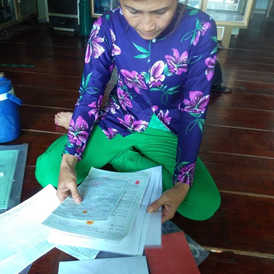 """Chị Nguyễn Thị T., mẹ của B chua xót nói: """"Con gái tôi còn chưa kịp làm Căn cước công dân. Tính Tết này về làm vì vừa đủ tuổi, giờ lại rối nùi chuyện giám định xương, răng""""."""
