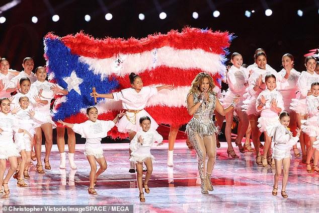 Nữ ca sĩ cùng con gái 11 tuổi Emme trên sân khấu.