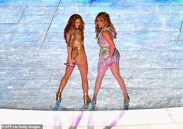 Cũng trong bộ cánh này, Jennifer Lopez tiếp tục đốt nóng sàn diễn cùng nữ ca sĩ Shakira.