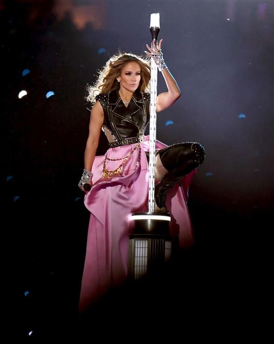 Từ cách phối đồ cho đến chọn trăng phục, Jennifer Lopez thể hiện gu thẩm mỹ cực tốt.