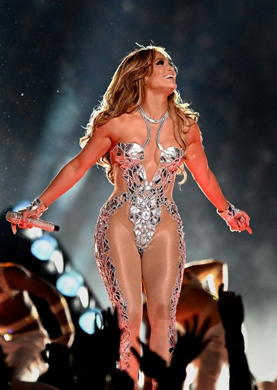 Nữ ca sĩ phô diễn trọn đường cong nóng bỏng trong thiết kế tinh tế, lớp lót da khá dày giúp Jennifer Lopez tránh được sự cố hớ hênh khi trình diễn.