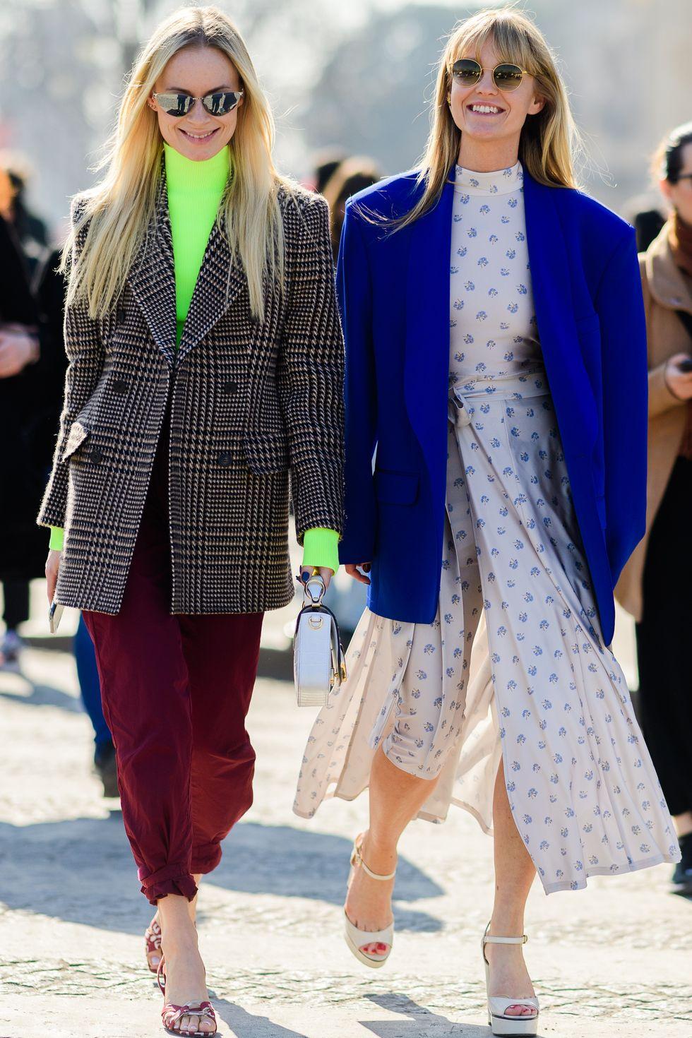 Áo blazer nhiều màu sắc, kiểu dáng gần như phù hợp với tất cả các loại trang phục có trong tủ đồ của bạn. Nếu là cô nàng cá tính, bạn có thể phối loại áo khoác này với quần tây, jeans đi kèm boot. Các cô nàng thích ngọt ngào đừng quên bộ đôi đầm/váy kết hợp cùng blazer thanh lịch và tinh tế.