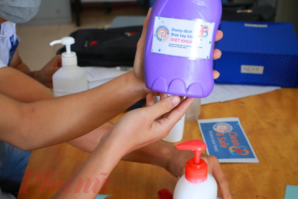 Theo thông báo của nhà trường, do họ không có chai đựng, nên người dân mang 2 chai rỗng đến để đổi 1 chai nước rửa tay mang về cho gia đình sử dụng để phòng chống virus Corona.