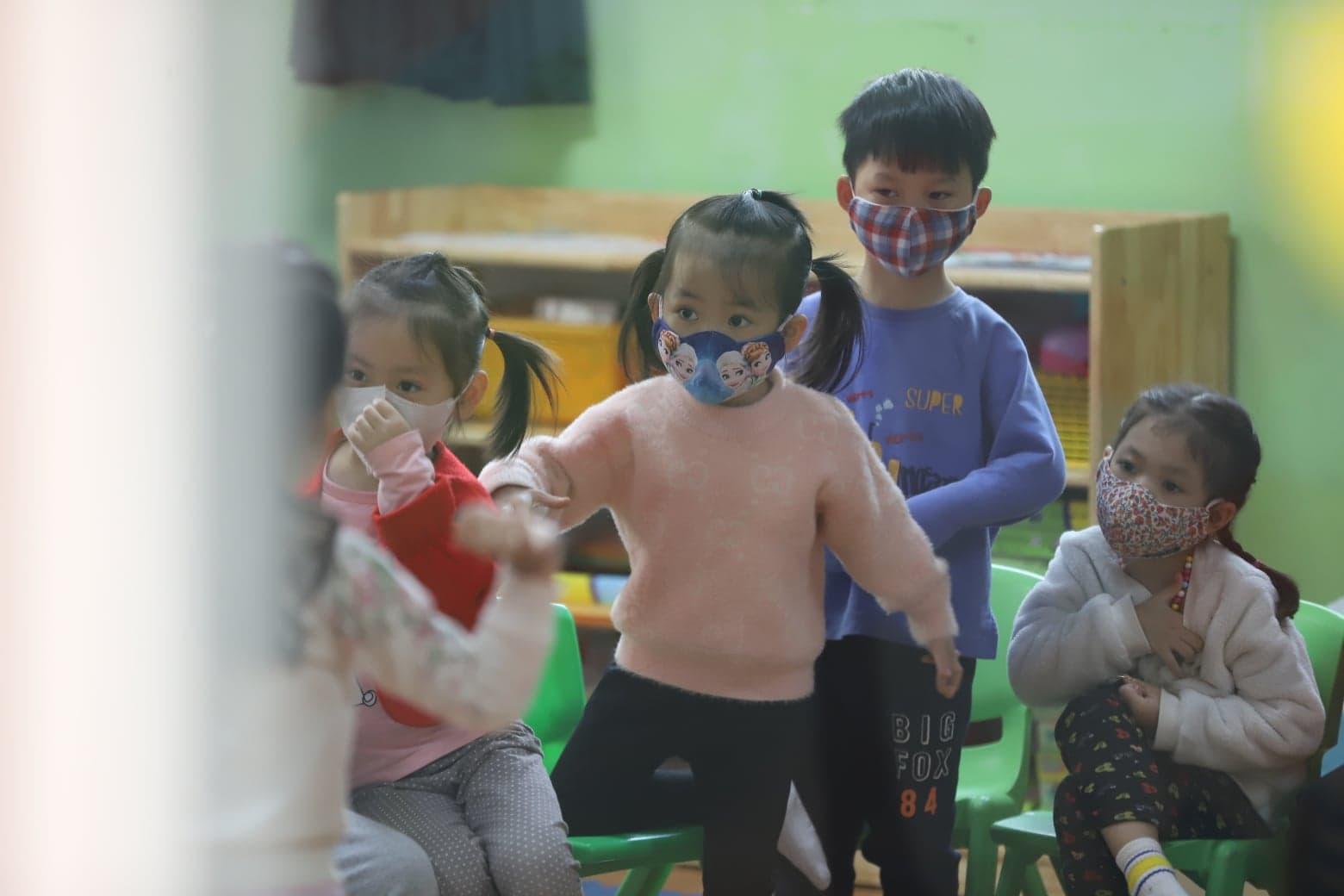 Trẻ em được trang bị khẩu trang và kỹ năng phòng tránh lây nhiễm coronavirus. (Ảnh: phunuonline)