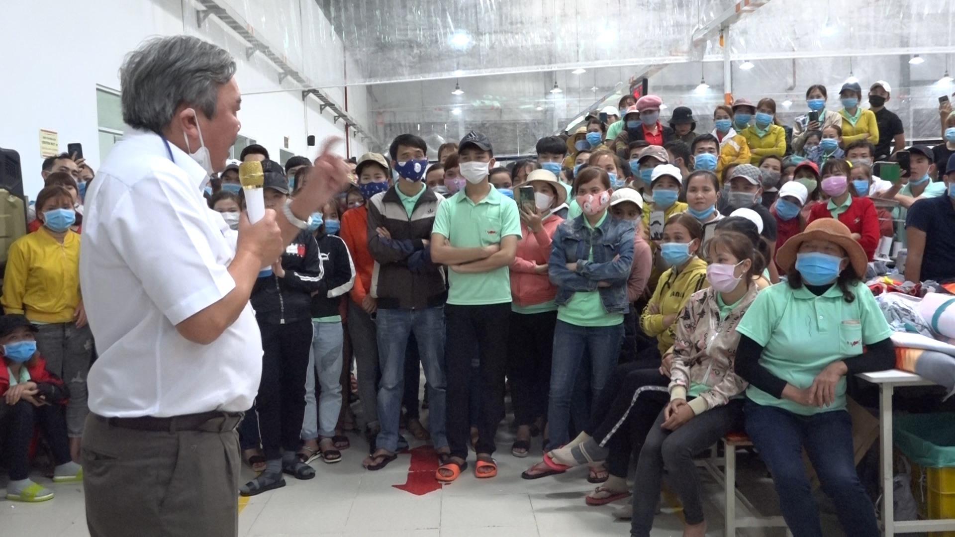 Các công nhân ở công ty TNHH Domex Quảng Nam được tuyên truyền về cách thức phòng chống dịch cúm do virus corona gây ra. Ảnh: G.BIÊN